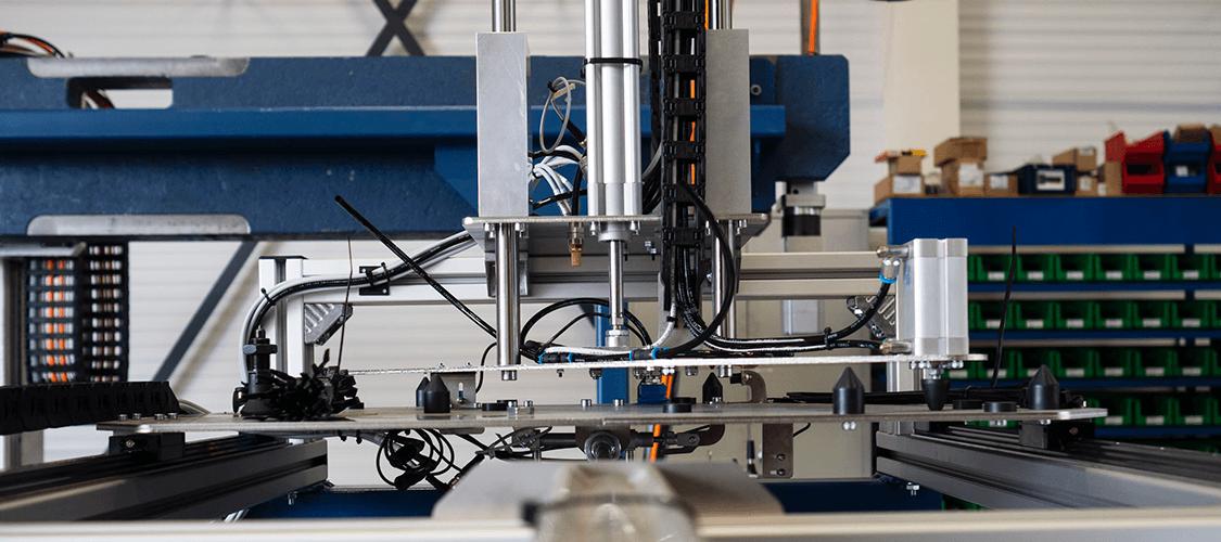 FLX Transfer System. SSEB Systems Transfersysteem FLX is een automatiseringssysteem voor nieuwe en bestaande, hydraulische persen en 3D lasersnijmachines. Met het systeem kunnen platines en halffabricaten automatisch ingelegd, doorgelegd en uitgehaald worden.